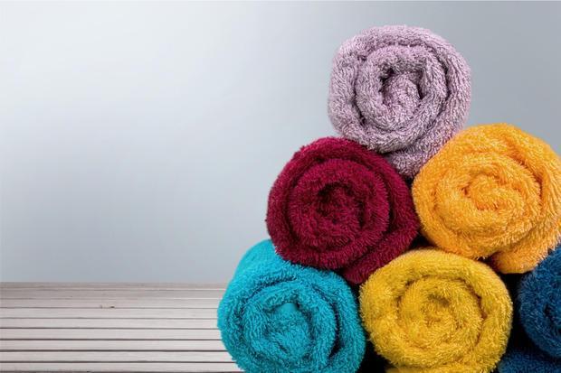 Arrotolare gli asciugamani per occupare meno spazio