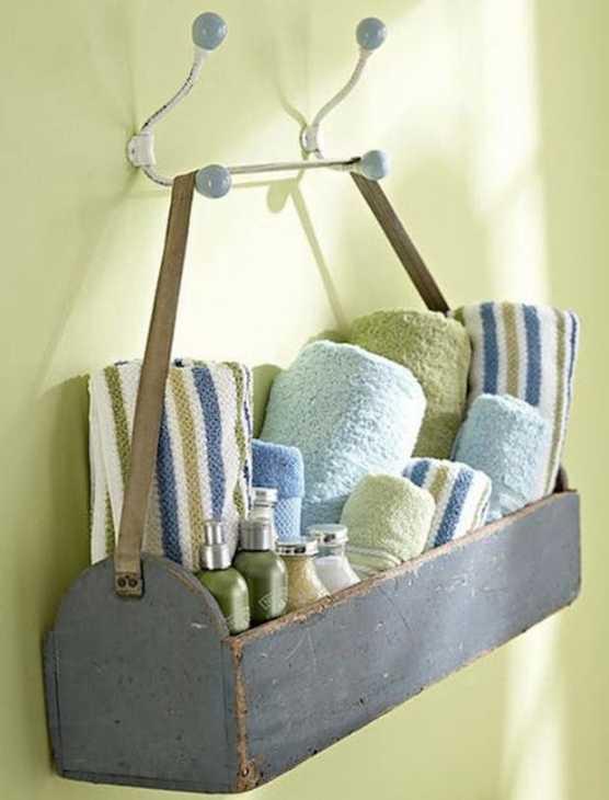 Un cestino appeso dove sistemare gli asciugamani, da purewow.com