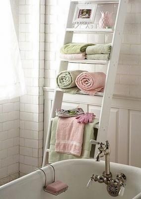 Basta una scaletta per riporre gli asciugamani, da bagnidalmondo.com