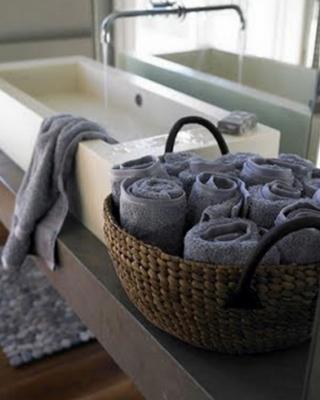 Arrotolare gli asciugamani e metterli in una cesta, da bagnidalmondo.com