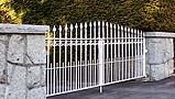 Cancello in ferro dipinto con vernice bianca