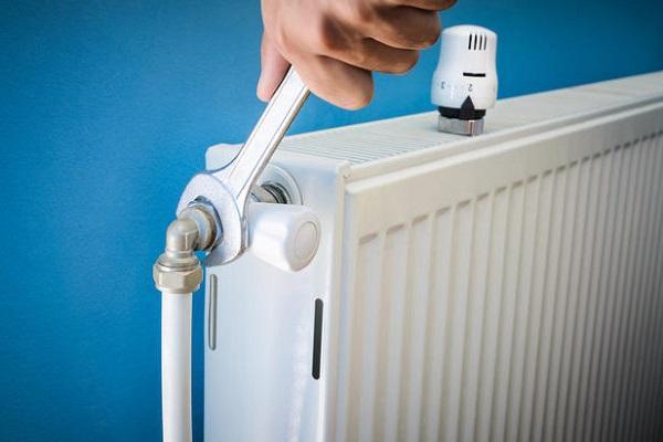 Apertura della valvola del termosifone