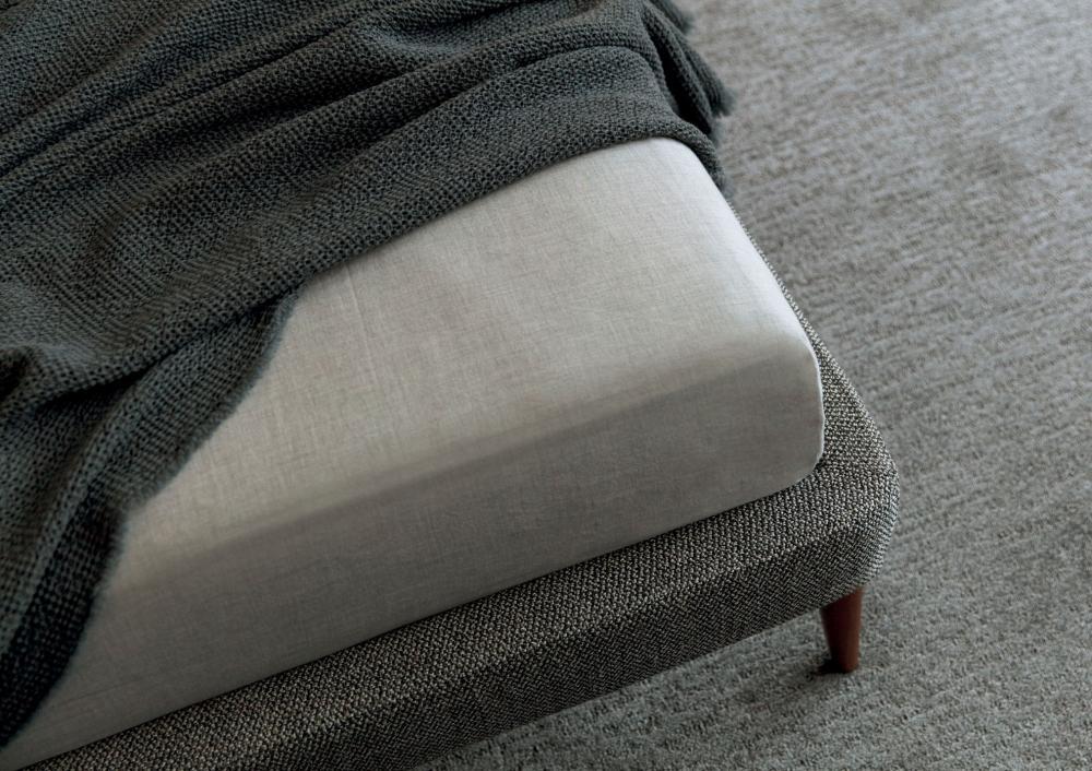 Giroletto sottile letto Chelsea con piedini alti