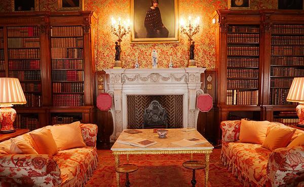 Tipico ambiente arredato con mobili antichi