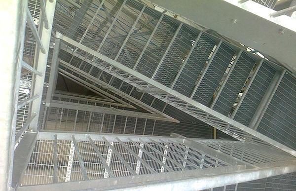 Particolare di una scala di emergenza prefabbricata, di O&T Costruzioni Metalliche