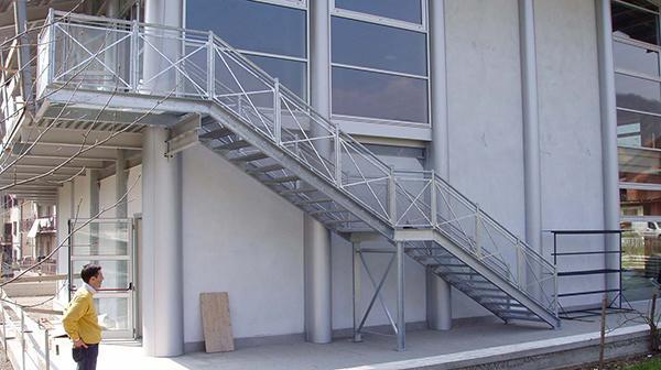 Scala di sicurezza esterna by O&T Costruzioni Metalliche