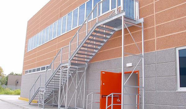 Scala antincendio esterna di tipo rettilineo, di O&T Costruzioni Metalliche