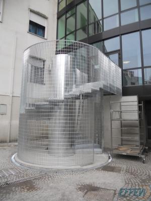 Scala di emergenza esterna a chiocciola con gabbia antintrusione di Effevi