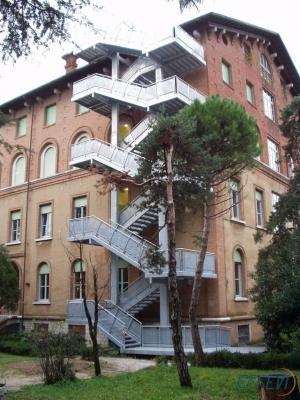Scala di sicurezza esterna in edificio storico by Effevi