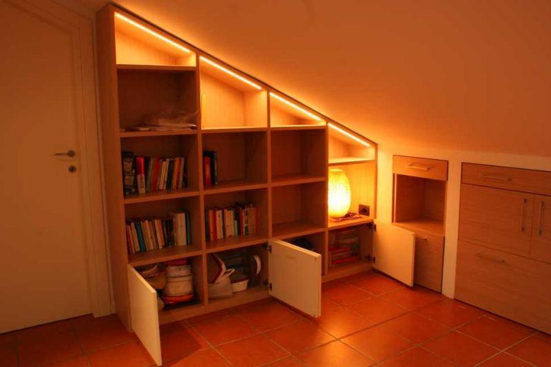 Libreria su misura in mansarda di Zaccaria Monguzzi