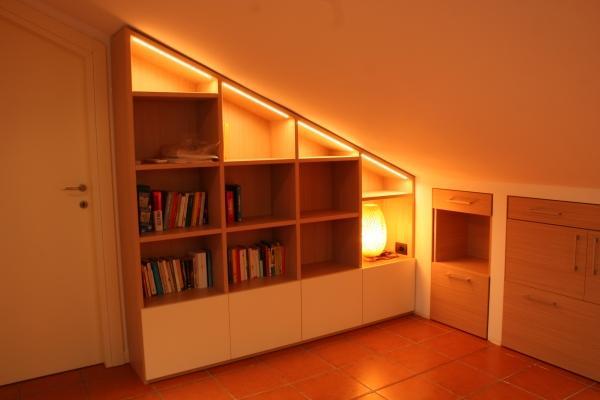 Armadio libreria in mansarda arredata