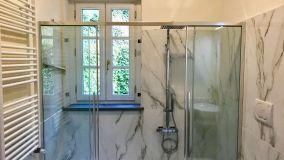 Come inglobare la finestra nella doccia in modo elegante e sicuro