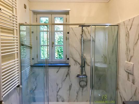Una soluzione bella e sicura per inglobare la finestra nella doccia