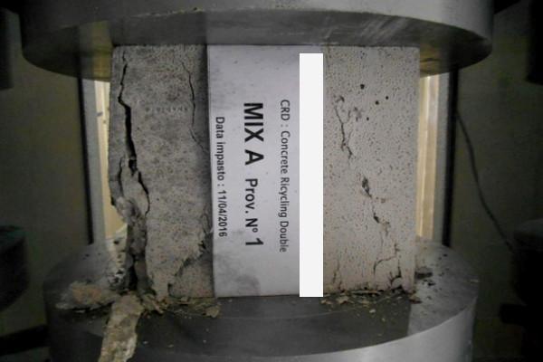 Prova a compressione del calcestruzzo per il controllo dei materiali