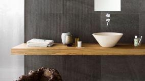 I mobili bagno con top in legno sono un arredo di tendenza