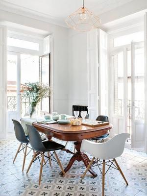 Sedie di design con tavolo antico, da sfgirlbybay.com