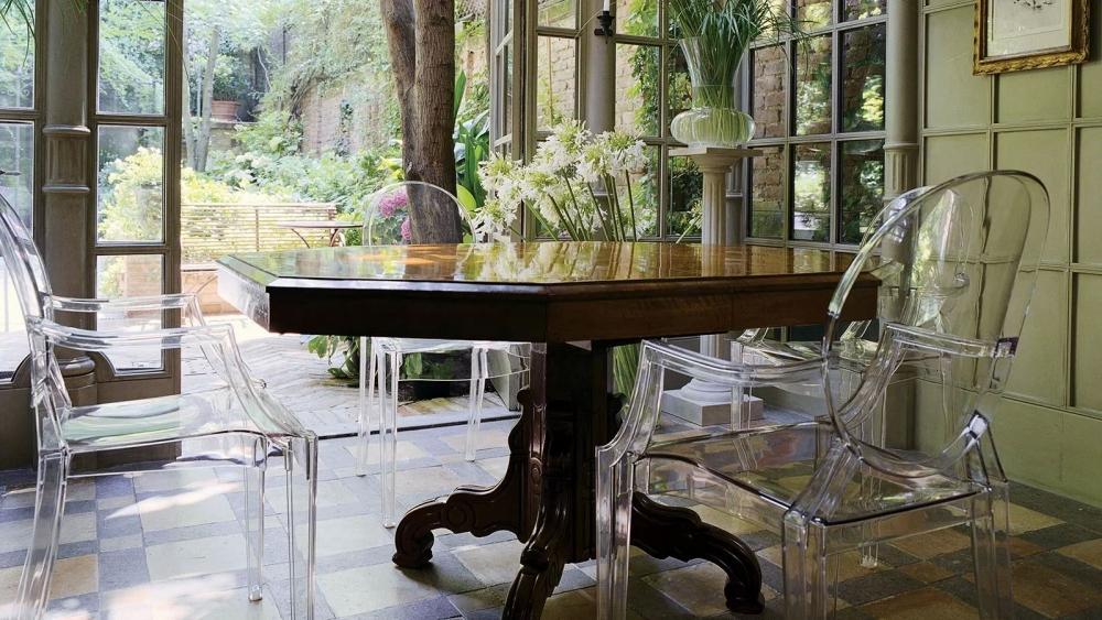 Sedie trasparenti e tavolo antico, da Kartell
