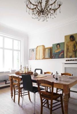 Mix di sedie, arredamento rustico e moderno, da interiorcrowd.com