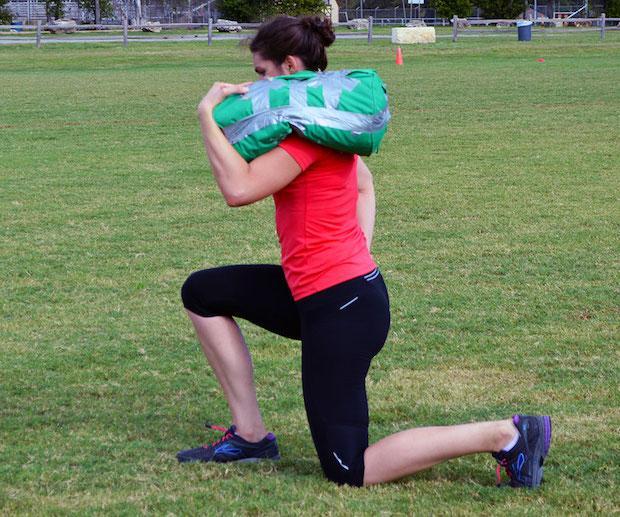 Come usare la sandbag fai da te, da girlsgonesporty.com