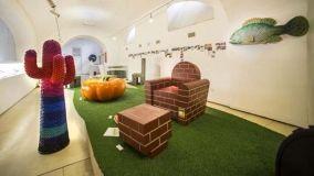 Una mostra sulla sedia al Museo della plastica di Napoli