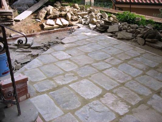 Pavimenti con angoli in pietra, realizzati da Impremar