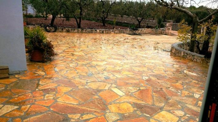 Pavimento con lastra albanese grezza a mosaico, di Pietra Ambiente