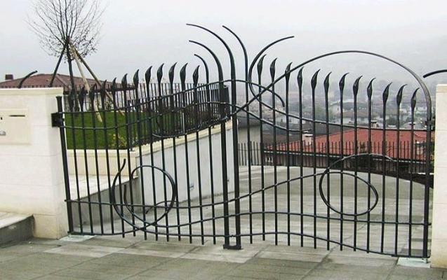 Cancello in metallo decorato con un design sinuoso, by Tessaro
