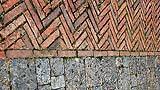 Siena, piazza del Campo: ammattonato trecentesco con tessitura a spina di pesce