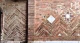 Bologna, Basilica di Santo Stefano: muratura decorativa con tessitura a spina di pesce e motivi geometrici
