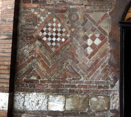 Muratura altomedievale con decorazioni geometriche e a spina pesce