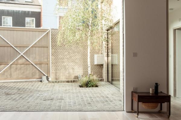 Muro di cinta a spina pesce dell'Herringbone House, Chan+Eayrs Architects