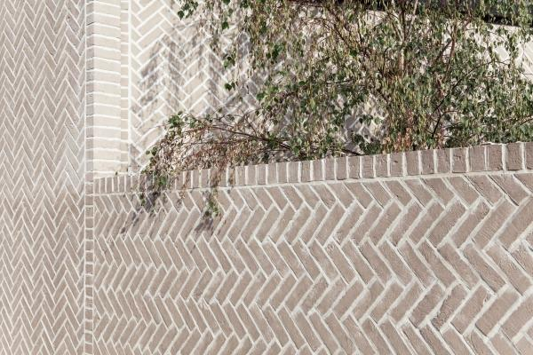 Particolare della muratura a spina di pesce dell'Herringbone House, Chan+Eayrs Architects