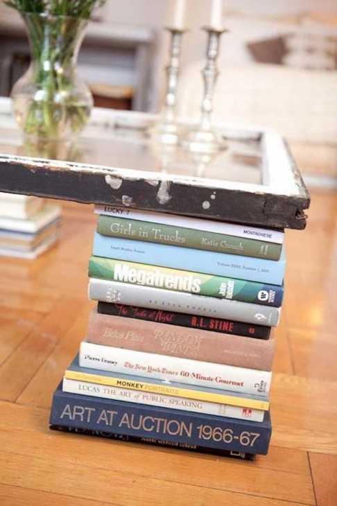 Libri al posto delle gambe del tavolino, da bookriot.com