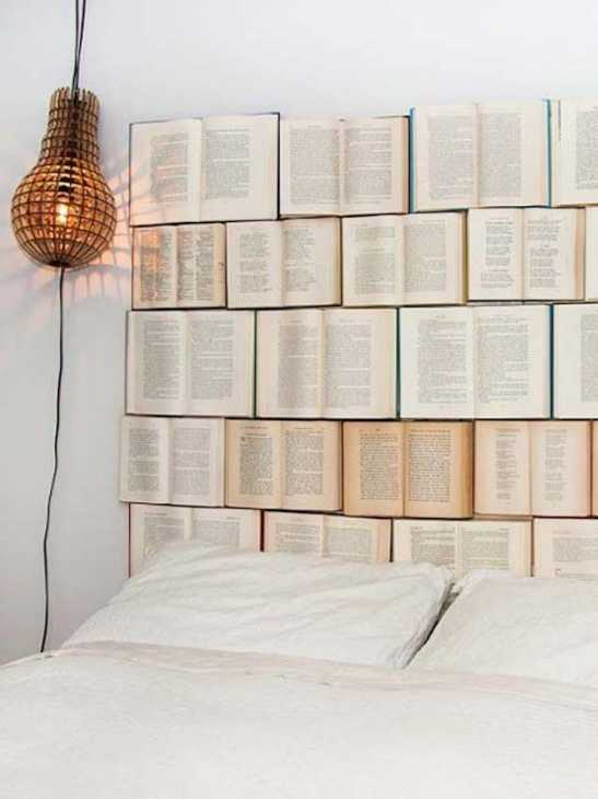 Testiera del letto ricoperta di libri, da thebudgetdecorator.com