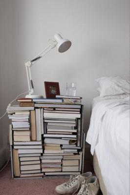 Arredare casa con i libri creando una sorta di comodino