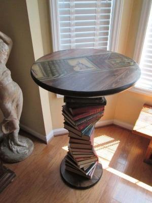 I libri possono essere usati al posto della gambe del tavolo, da refurbished-ideas.com