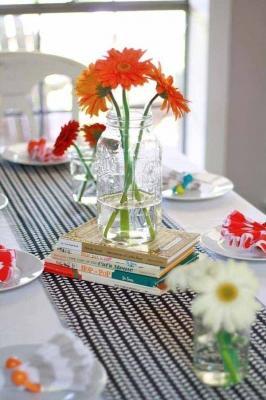 I libri possono decorare la tavola, da karaspartyideas.com