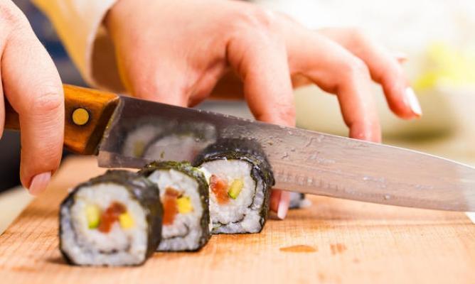 Un coltello per tagliare i roll