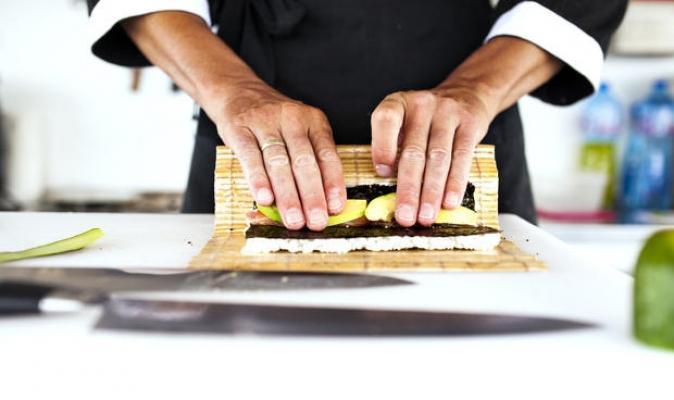 Una tovaglietta in bambù per arrotolare il sushi