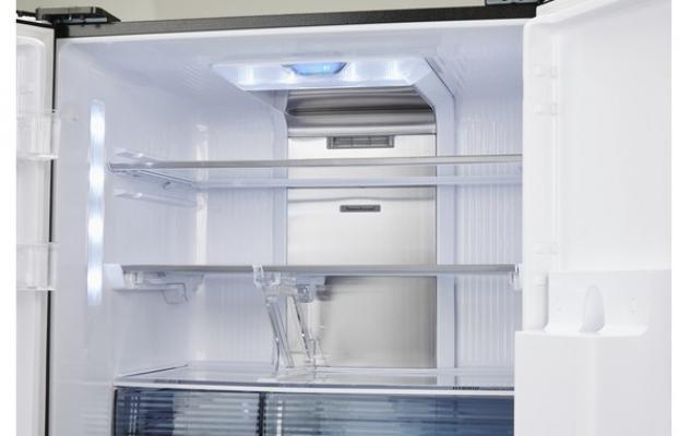 Interno de frigorifero a 4 porte Sharp