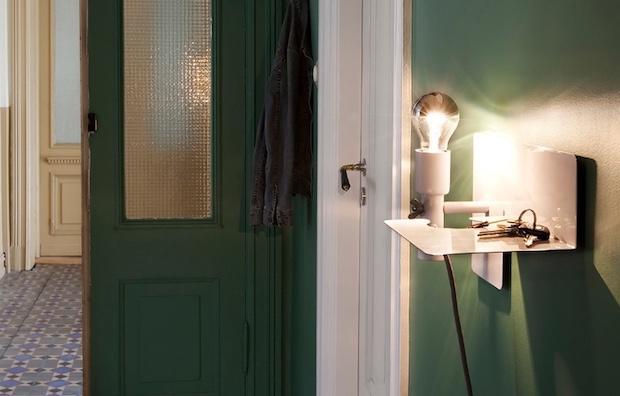 Lampada da parete con ripiano appoggia oggetti, da Northern