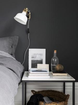 Luce diretta con la lampada da parete in camera, da Ikea