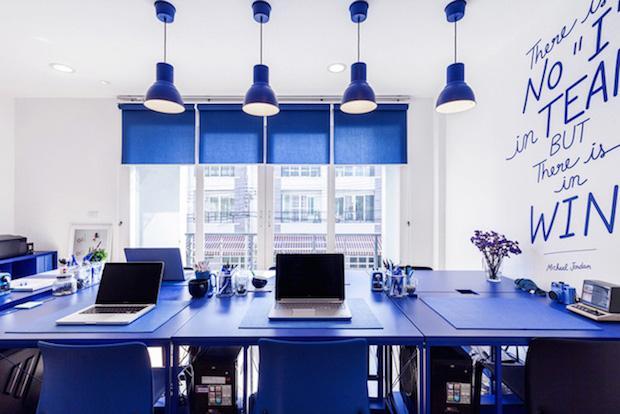 Arredo blu per un ufficio rilassato, da nfgraphics.com
