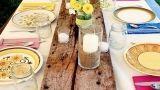 Apparecchiare la tavola con piatti, bicchieri e posate spaiate