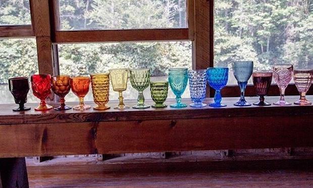 Bicchieri diversi e colorati come un arcobaleno,  da missmatchrentals.com