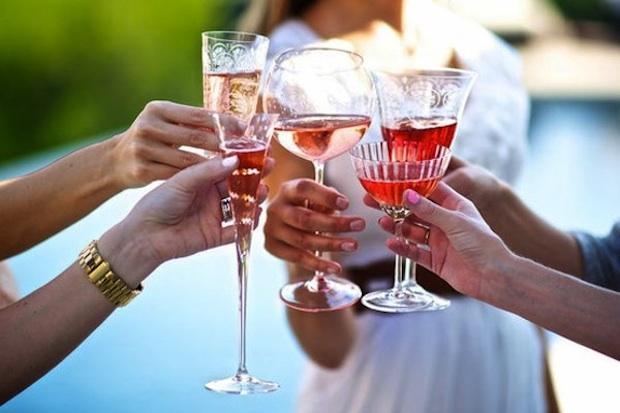 Bicchieri spaiati al matrimonio, da intimateweddings.com