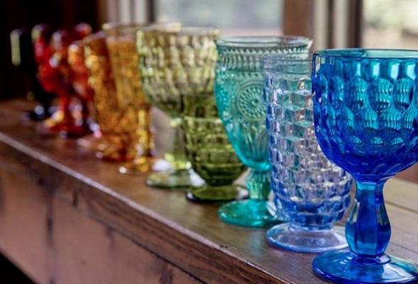 Bicchieri spaiati: un arcobaleno in tavola, da missmatchrentals.com