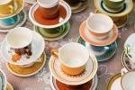 Vecchie tazzine in tavola, da missmatchrentals.com