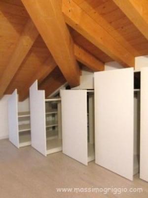 Costruire un armadio a muro in mansarda for Arredare sottotetto basso