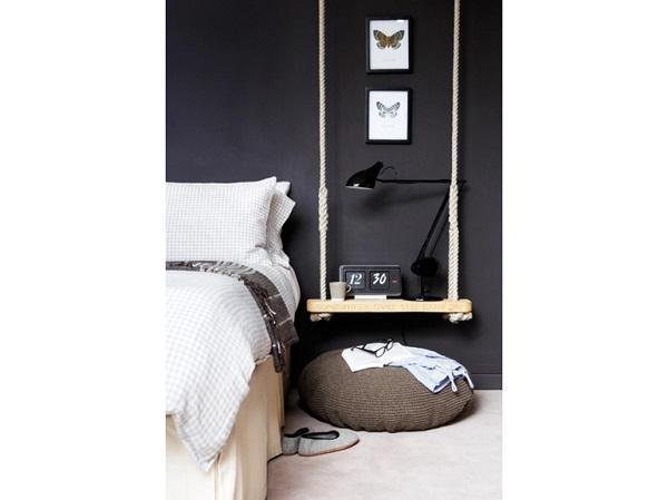 In camera da letto, l'altalena da interno diventa un creativo comodino